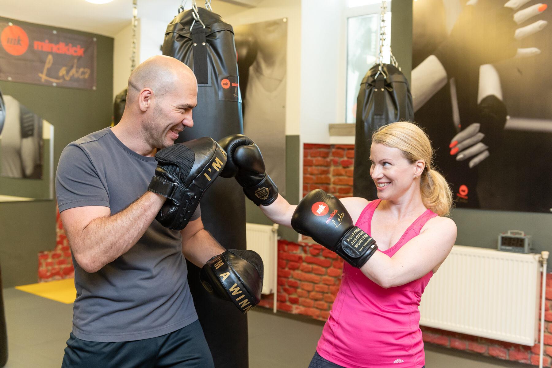 Judith Rumpf beim Kickboxen mit Sportpsychologe & VIPTrainer Thomas Bencsik bei den mindkick Ladies